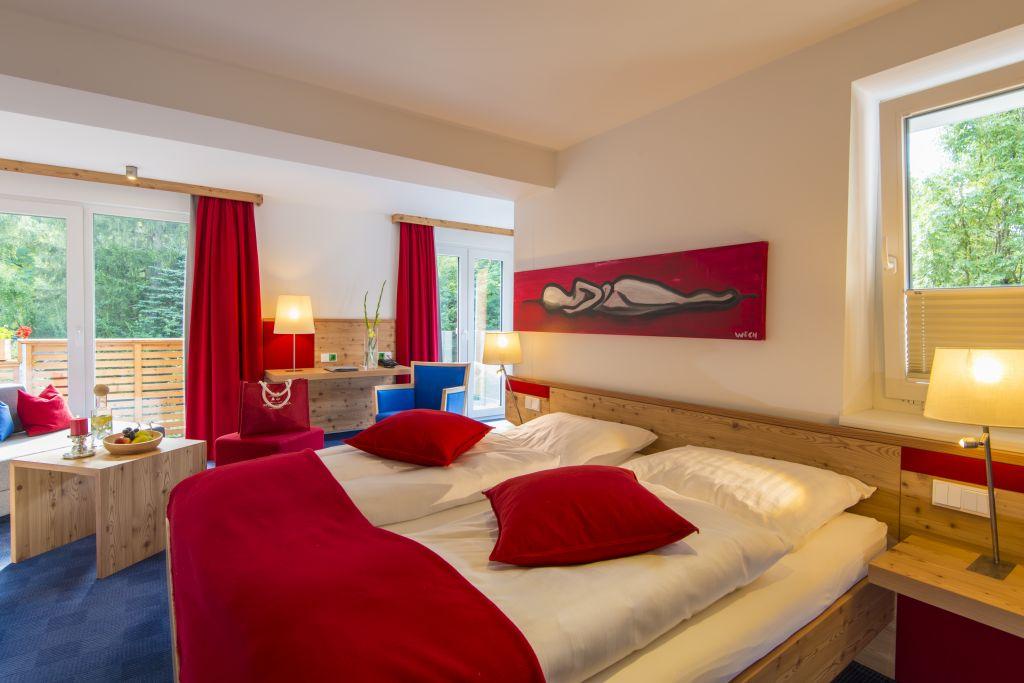 Luxuriös eingerichtetes Zimmer in rot (IMPULS HOTEL TIROL)