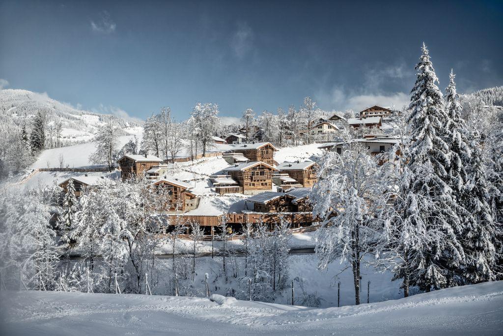 Luxuschalets in verschneiter Winterlandschaft bei Tag (c) Prechtlgut