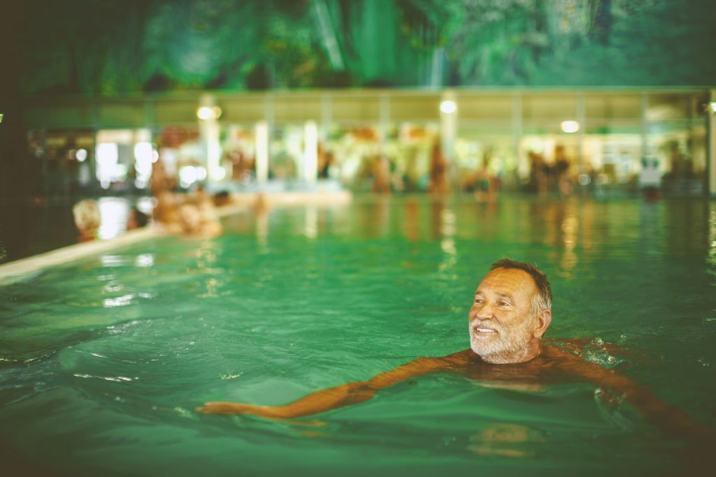 Mann beim Schwimmen (Bad Bük)