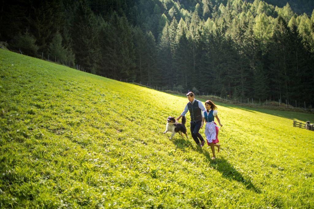 Marilena und Ueli unterwegs mit Haushund Lenny (Wanderhotel Vinschgerhof)
