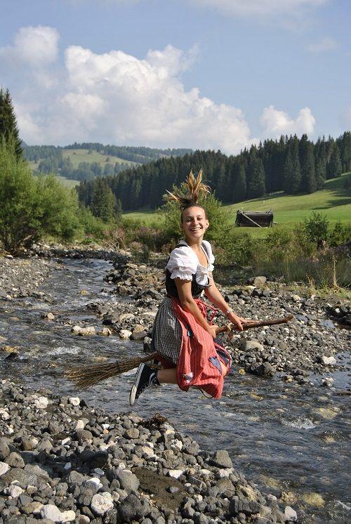 Mit der kleinen Hexe Curadina auf dem Erlebniswanderweg (Tirler-Dolomites Living Hotel)
