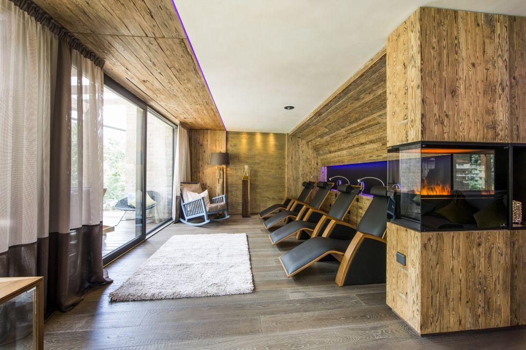 Moderner Ruhebereich mit Kamin (Sport & Wellness Resort Quellenhof)