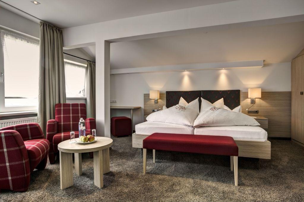 Modernes Doppelzimmer mit Wohnbereich (Hotel Gemma - Kleinwalsertal Hotels)