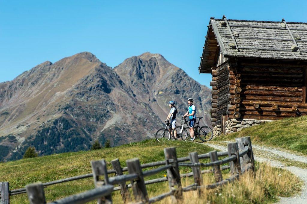 Mountainbiker beim Ausblick genießen - (c) Helmuth Rier (Tourismusverein Klausen)