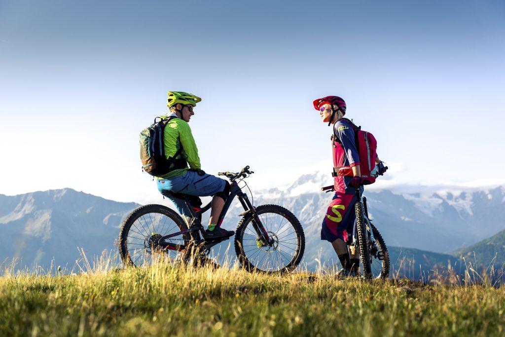 Moutainbiken vor herrlichem Bergpanorama (c) IDM Südtirol (Hotel Sun Valley)