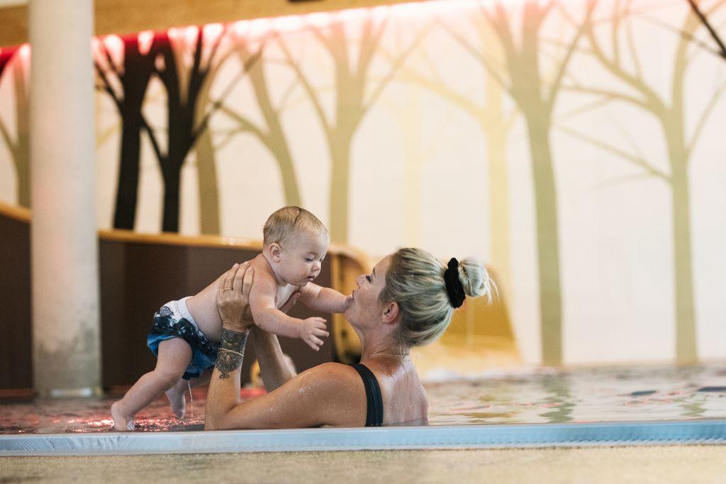 Mutter und Kind im Schwimmbecken (Mia Alpina . Zillertal Family Retreat)