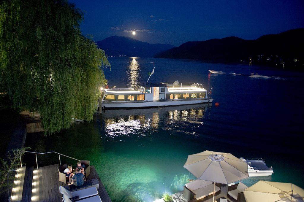 Nächtlicher Ausblick auf den See (KOLLERs Hotel)