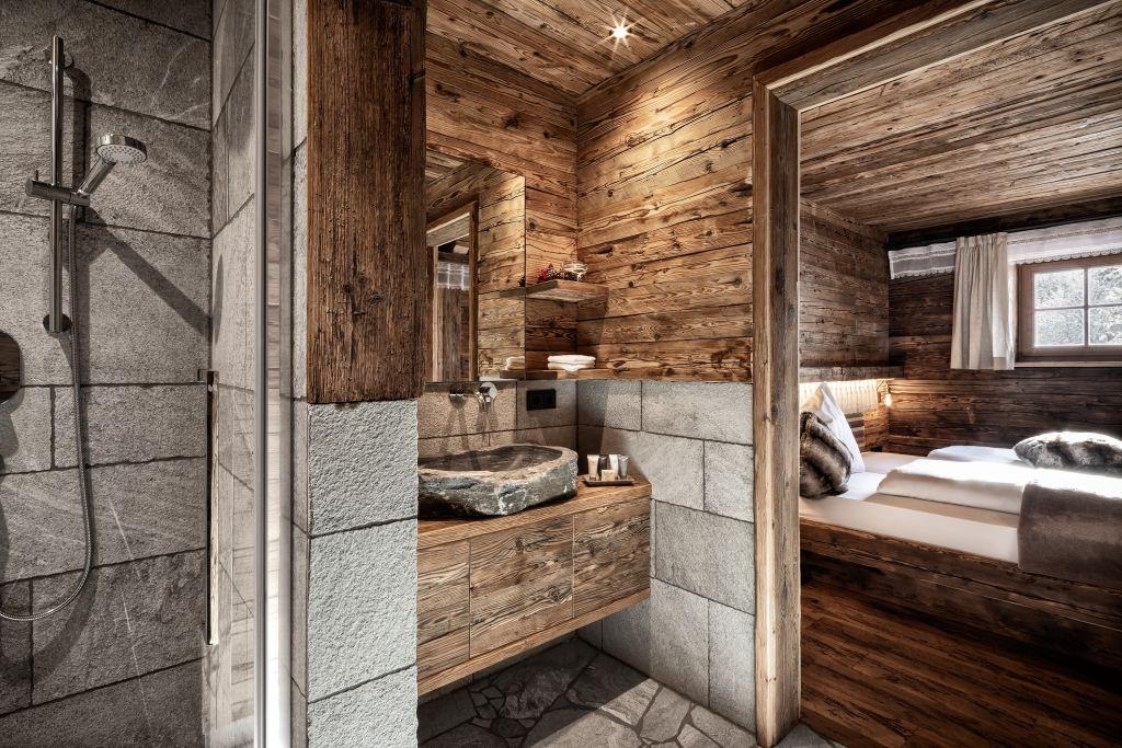 Nassbereich und Doppelzimmer der Chalets in traditionellem Design (c) Prechtlgut
