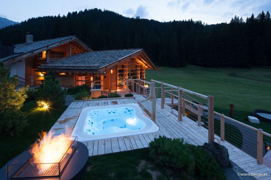 Outdoorwhirlpool bei der Wellnessoase (Tirler-Dolomites Living Hotel)