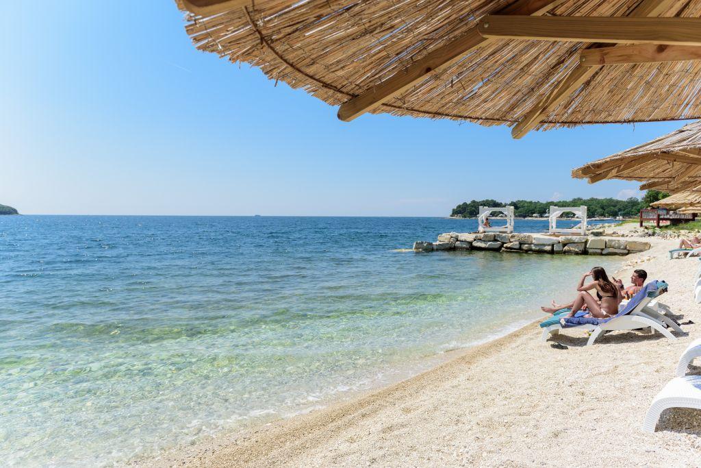 Paar am Strand beim Sonnen (LVB Funtana)