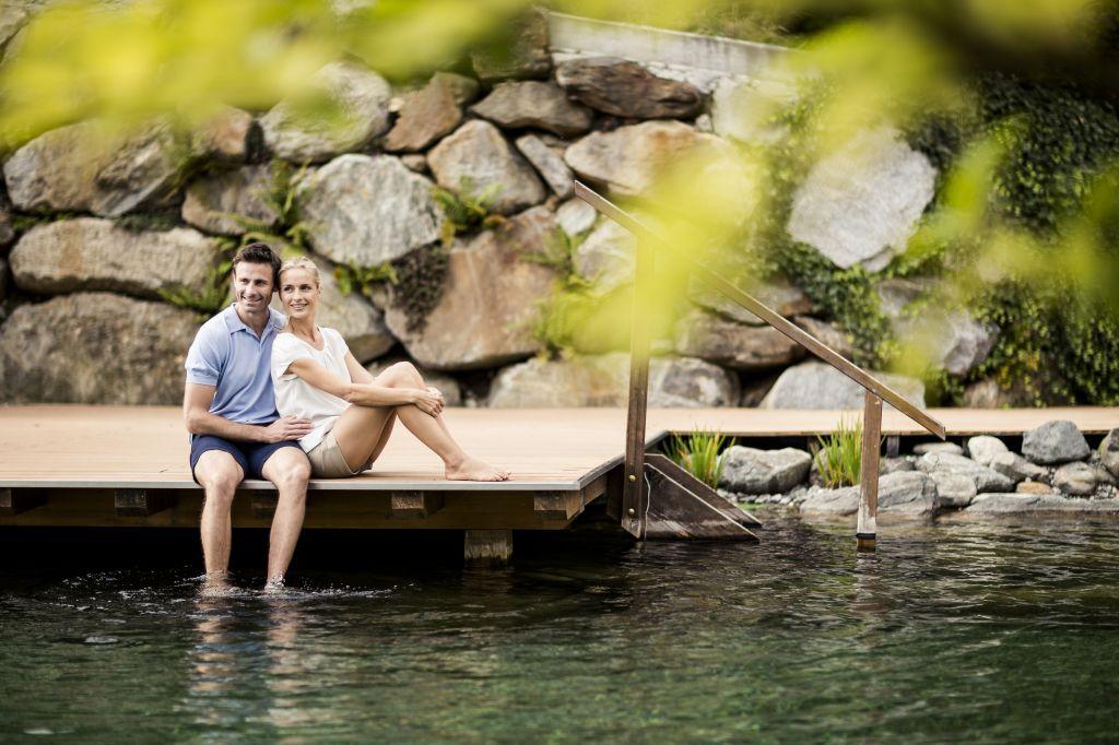 Pärchen am Naturbadeteich (Sport & Wellness Resort Quellenhof)