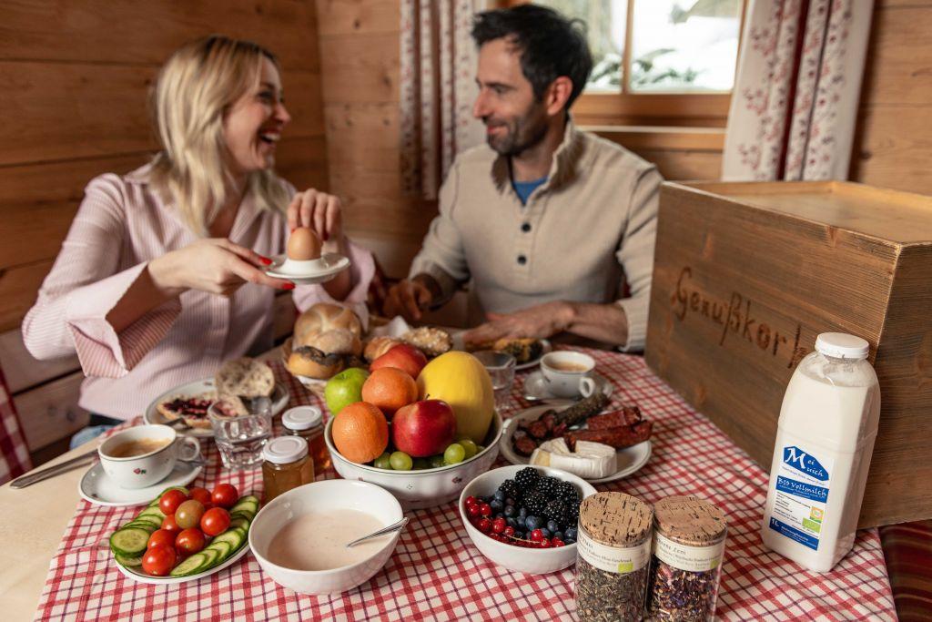 Pärchen beim Frühstück (PURADIES Hotel & Chalets)