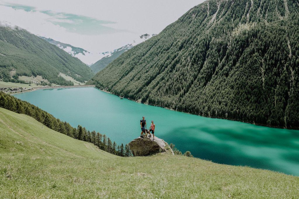 Pärchen beim Wandern mit traumhaften Ausblick (c)Amira Kohlbecker(Wanderhotel Vinschgerhof)