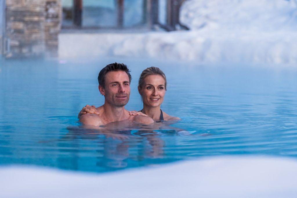 Pärchen schwimmt im Pool (c) DEJORI WERNER (Hotel Granbaita Dolomites)