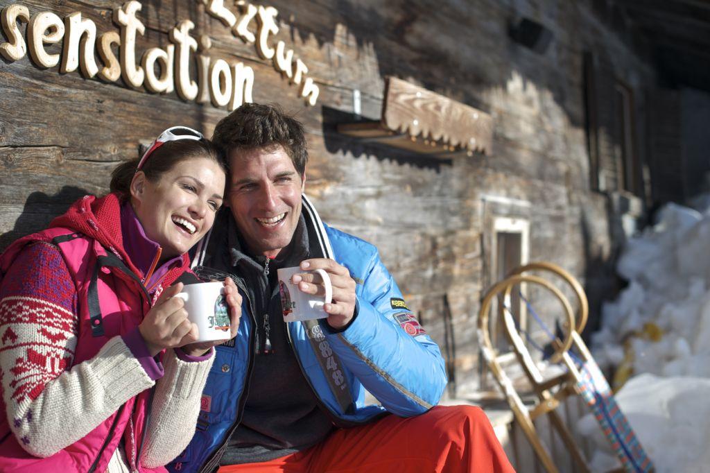 Pärchen trinkt Tee auf der Hütte © TVB Achensee Hotel Post am See