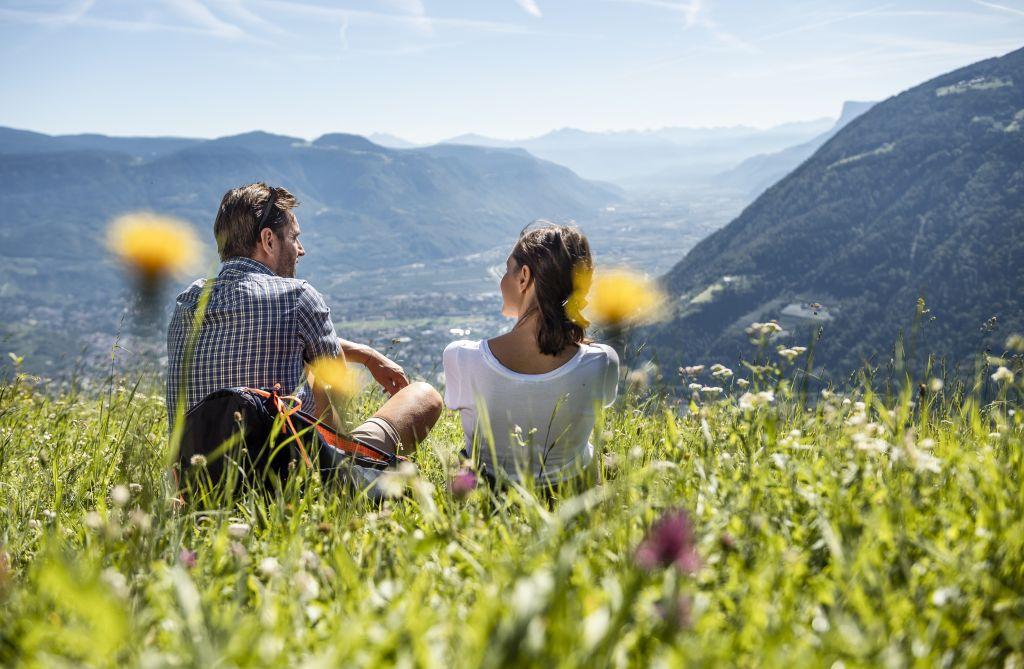 Rast auf blühenden Bergwiesen mit herrlichem Panoramablick (c) Hannes Niederkofler (Tourismusverein Algund)