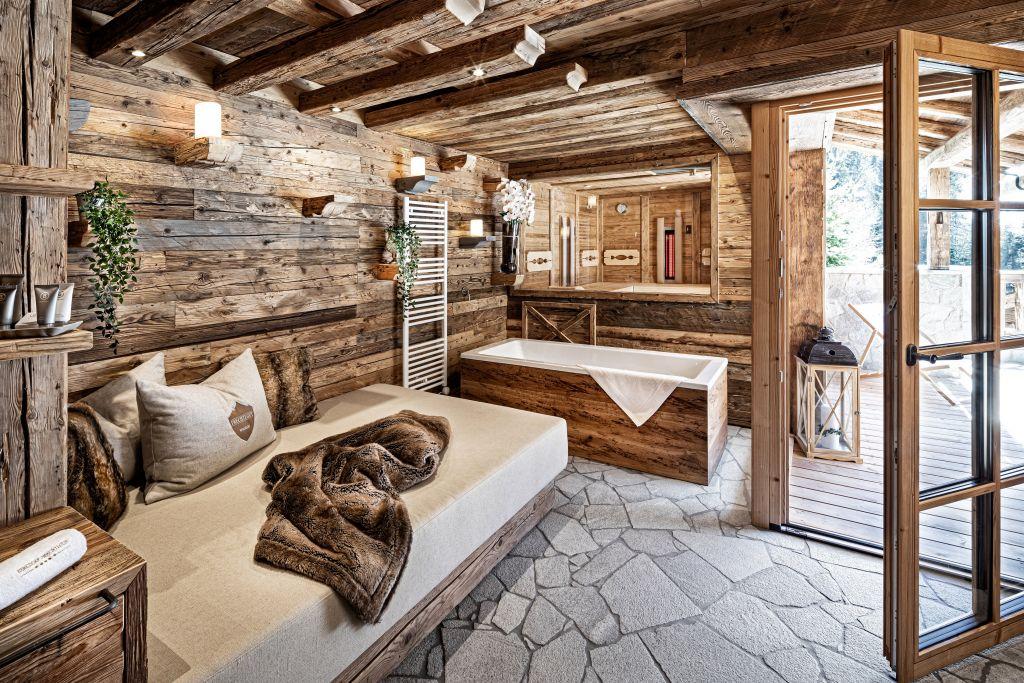 Relaxbereich mit freistehender Badewanne in der Kuschel Luxury Lodge (c) Prechtlgut