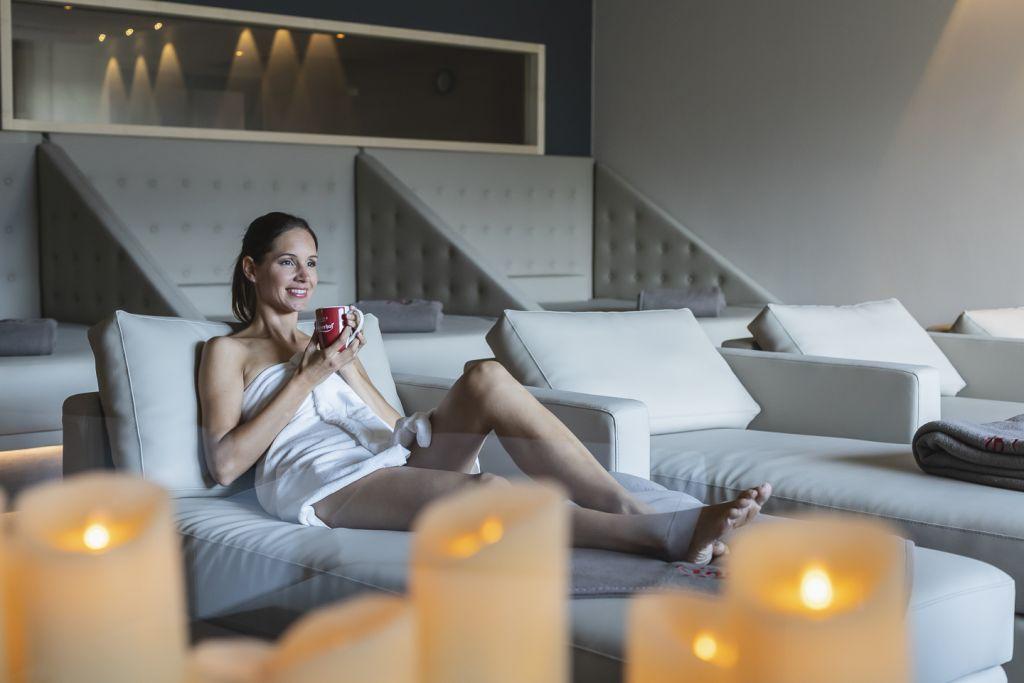 Relaxen im Ruheraum bei stimmungsvoller Beleuchtung (c) Tiberio Sorvillo (Hotel Golserhof)