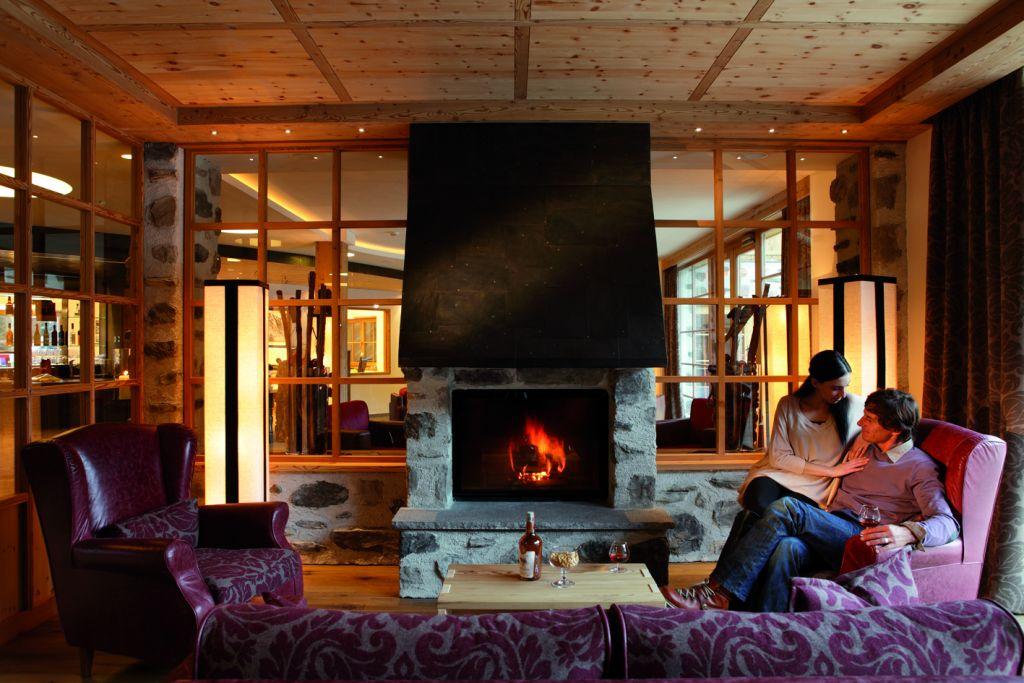 Romantische Stimmung am Kaminfeuer (Tirler-Dolomites Living Hotel)
