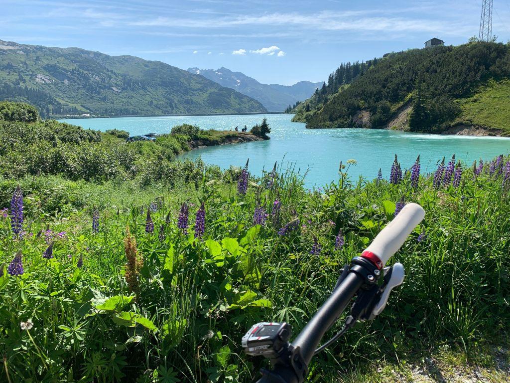 Royal Biken in der Silvretta-Arena Ischgl mit Blick auf den Zeinisssee (Gourmet & Relax Resort Trofana Royal SUPERIOR)