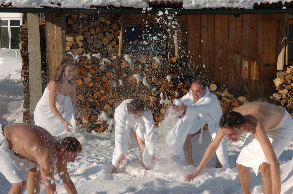 Schneeballschlacht Holzsauna im Angerhof