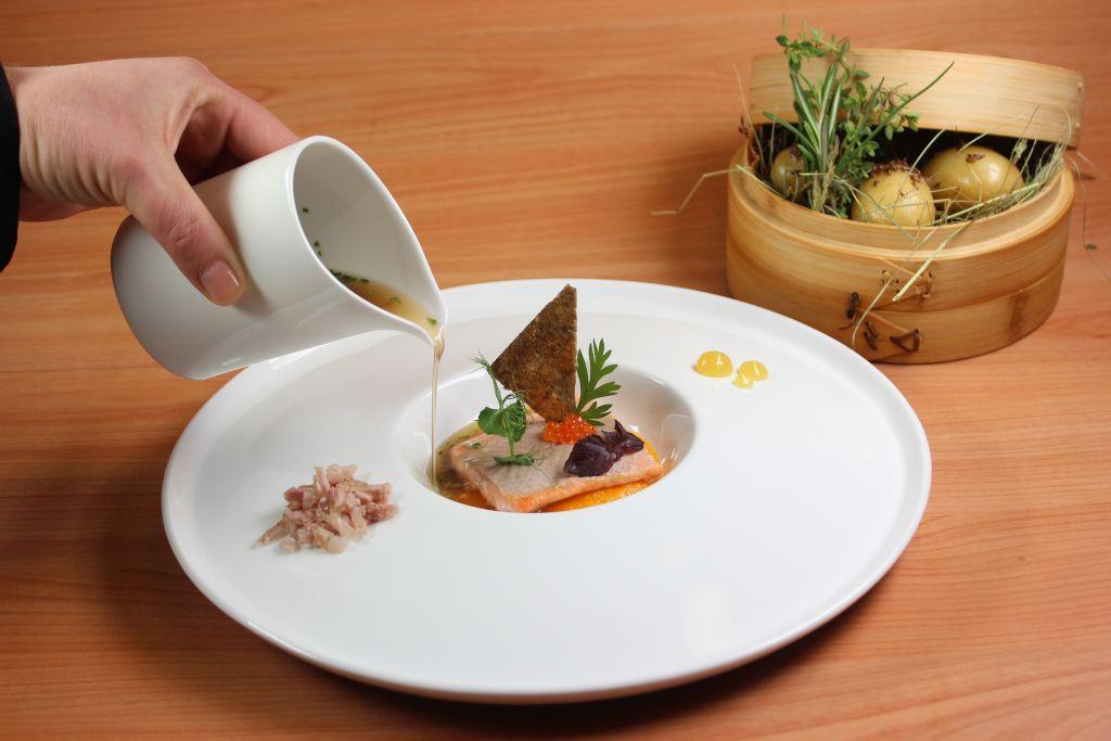 Seesaibling serviert in der Heimatbühne des Hotels Trofana Royal