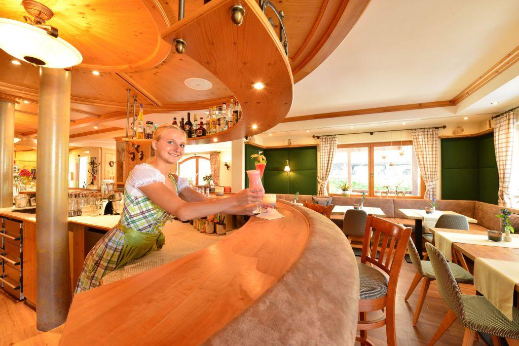 Servieren leckerer Cocktails an der Bar (c) Sascha Duffner (Hotel Jagdhof)