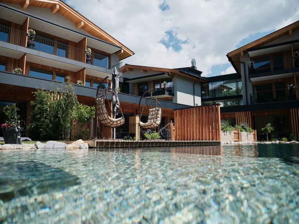 Sitzmöglichkeiten direkt beim Naturbadeteich im Hotel MorgenZeit (c) Youngmedia