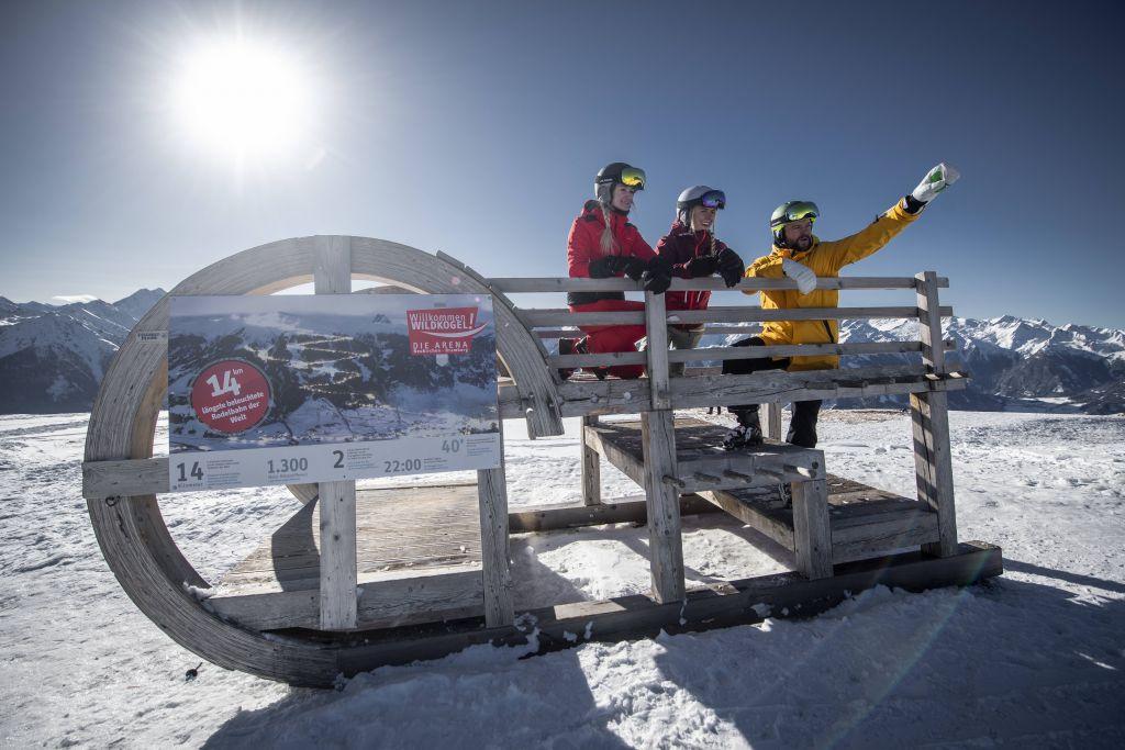 Skifahrer auf großem Schlitten (c) Maria Harms Photography (Wildkogel Arena Neukirchen & Bramberg)