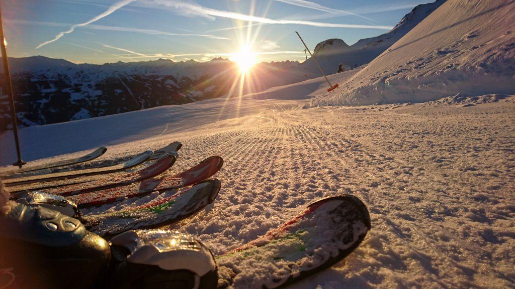 Skifahrer genießen den Sonnenuntergang (Chalets & Apartments Wachterhof)