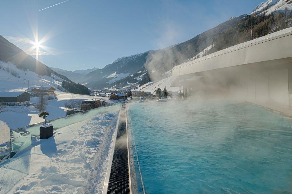Skylounge mit Blick auf die verschneite Winterlandschaft (Wellnessresort Amonti & Lunaris)