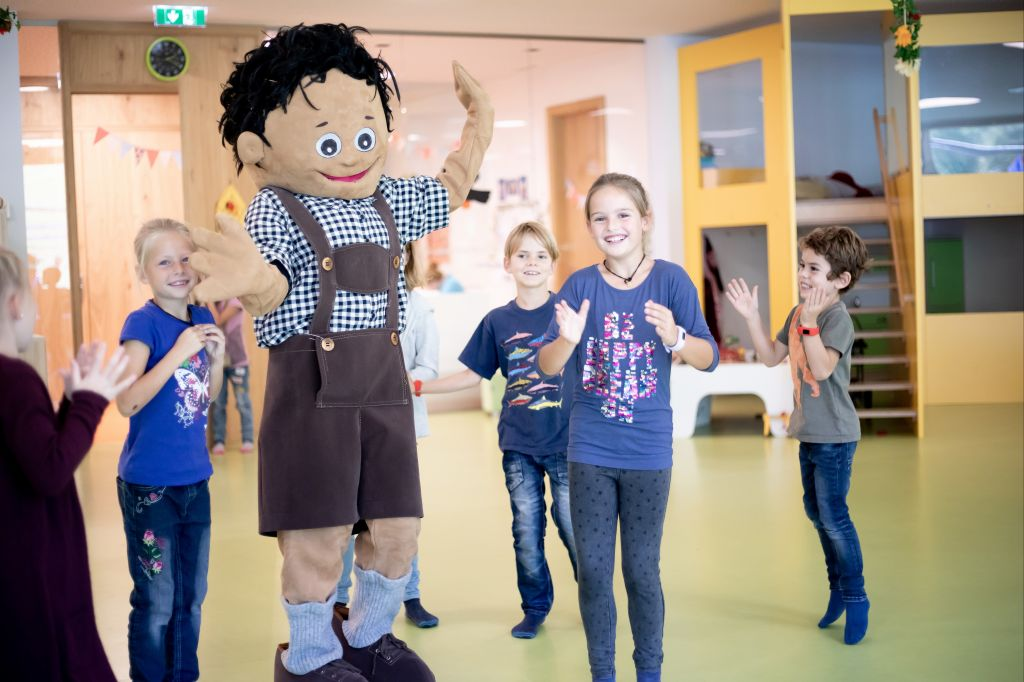 Spaß und Action mit dem Hotel-Maskottchen Godei (c) Anne Kaiser Photography (Leading Family Hotel & Resort Dachsteinkönig)