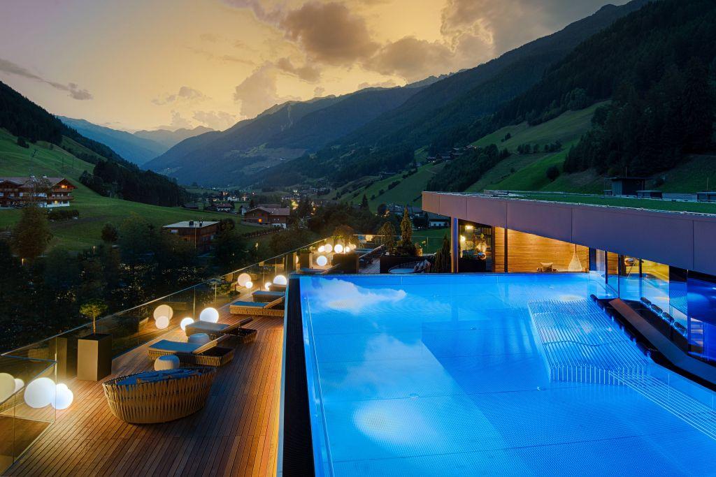 Sunset Sky Pool bei Nacht (c) Filippo Galluzzi (Wellnessresort Amonti & Lunaris)