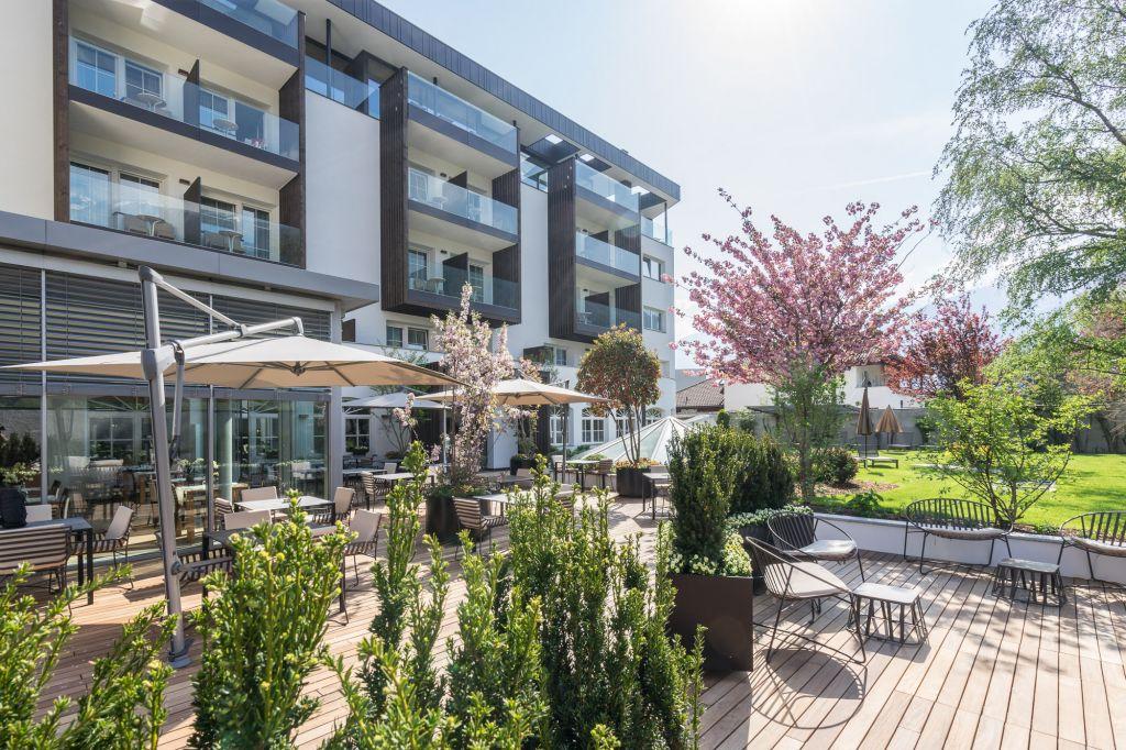 Terrasse mit Essbereich im Sommer (Wanderhotel Vinschgerhof)