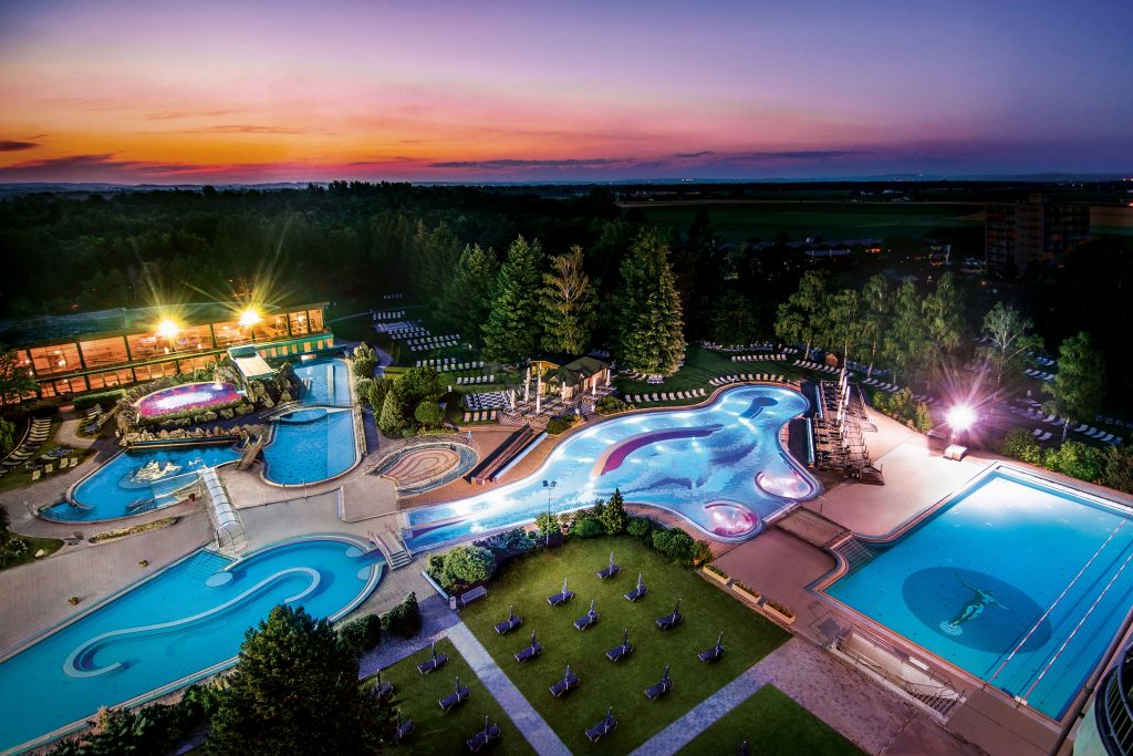 Traumhafter Blick auf die Johannesbad-Therme bei Nacht (Johannesbad-Therme)