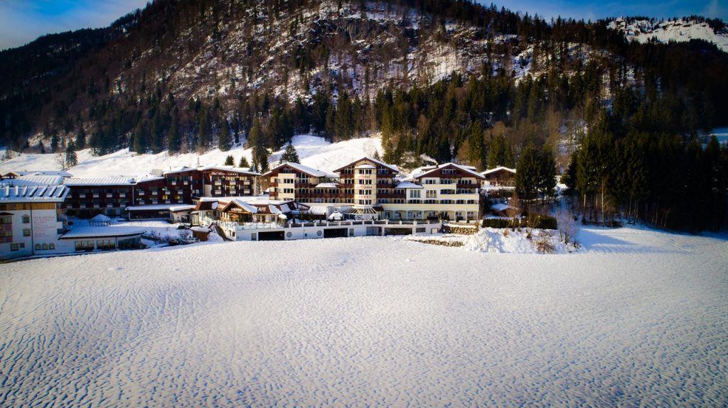 Verschneite Ansicht auf das Hotel (c) Sascha Reuter (Alpina Kössen)