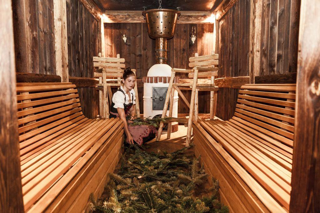 Vorbereitung der Sauna Brechlbad (Hotel Tann)