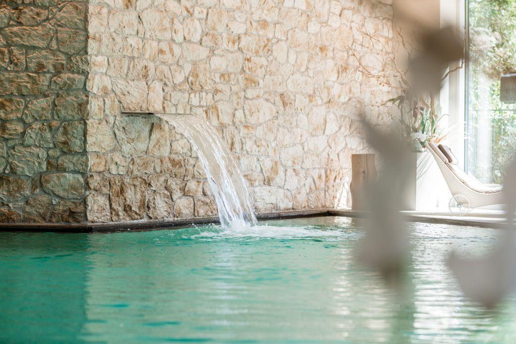 Wasserfall mit Nackenmassage im Hallenschwimmbad (c) Daniel Demichiel (Hotel Sun Valley)