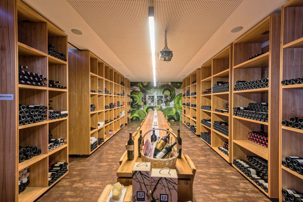 Weinkeller mit Tafel zur Verkostung (Leading Family Hotel & Resort Alpenrose)