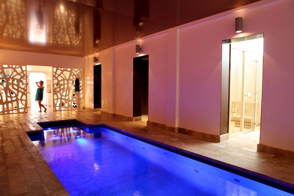 Wellnessbereich mit Pool im Hotel Espléndido
