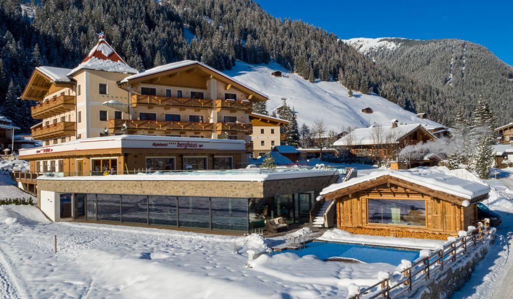 Winterliche Außenansicht auf das Alpinhotel Berghaus (Alpinhotel Berghaus)