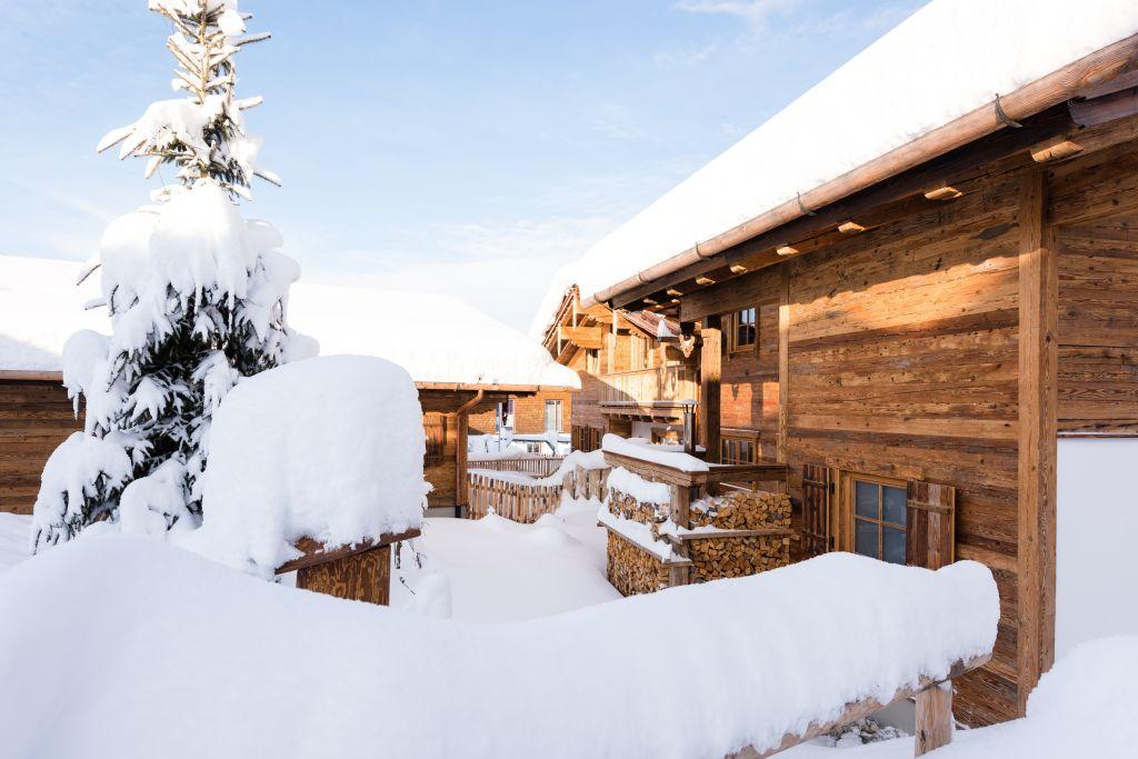 Winterlicher Blick auf ein Chalet (c) www.studiowaelder.com (Alpzitt Chalets)