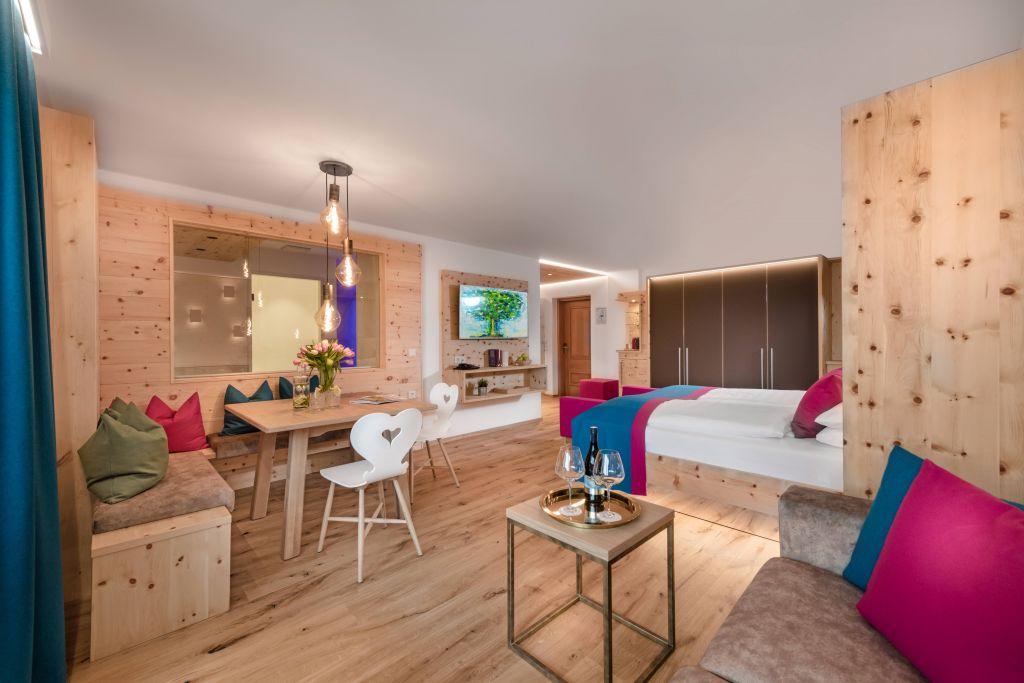 Wohnbereich der Zirben Suite deluxe (c) Foto Atelier Wolkersdorfer (IMPULS HOTEL TIROL)