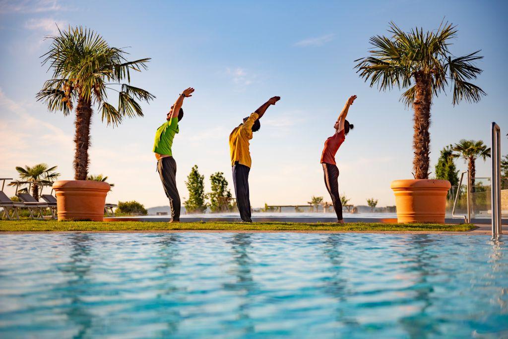 Yoga-Auszeit mit indischem Yogi am Pool im Hotel Larimar (Hotel Larimar)