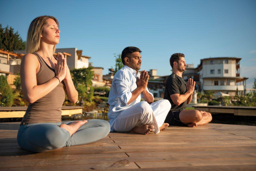 Yoga am Koiteich (c) Bernhard-Bergmann (Hotel Larimar)