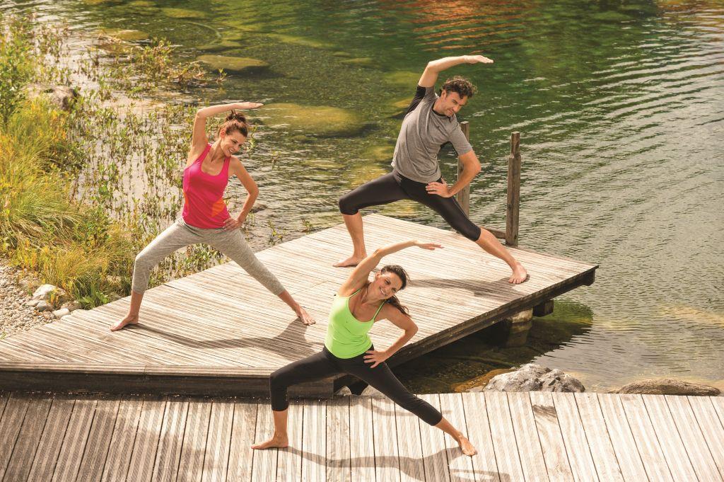 Yogaübungen am Badeteich im Sommer (c) Gerhard Wolkersdorfer Traumbild.at (Das Rieser)