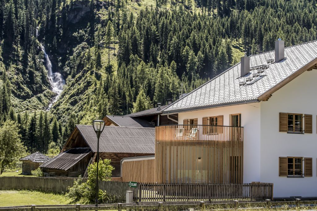 Zollhaus mit Wasserfall im Hintergrund (Alpengasthof Zollwirt)