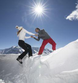 Pärchen im Schnee im Urlaubsgbiet Tux Finkenberg