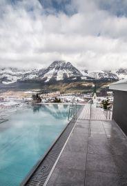 Exklusiver Infinity Sky Pool im verschneiten Ellmau (c) Thomas Hennerbichler (Hotel Kaiserblick)