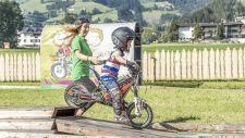 Bub beim E-Trail fahren (alpina zillertal)